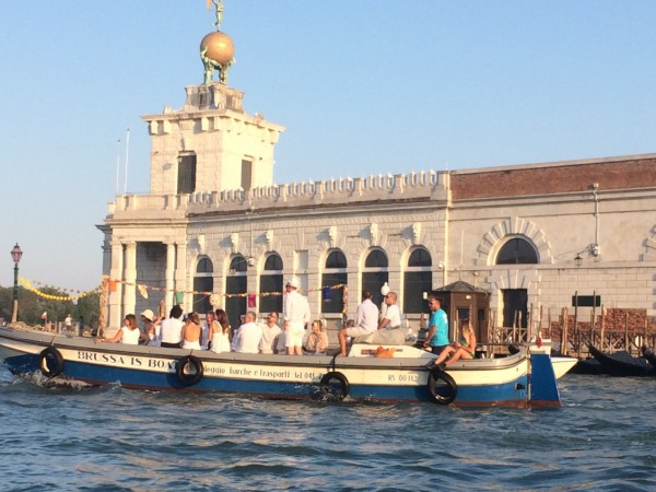 Sliding on the Grand Canal. A guided tour aboard a private taxi along the Grand Canal, the internal canals and a piece of the Venetian lagoon. The city on the water with the privileged eye of those who live it.
