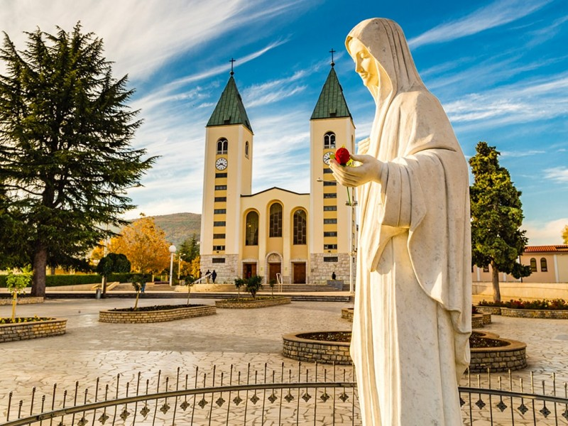 All seasons Bosnia discovery 6 days tour from Sarajevo. Monterrasol Travel private tour by minivan. Bosnia as example of off the beaten path travel.